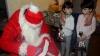 ŢI SE RUPE INIMA! Micile fetiţe ale pompierului erou au fost vizitate de Moş Crăciun (FOTO)