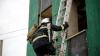 IMAGINI PLINE DE EMOŢII! Un pompier a salvat viața unui copil dintr-o clădire în flăcări