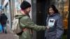 #realIT. Oamenii străzii din Amsterdam au fost înzestraţi cu jachete pentru plăţi contactless
