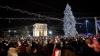 Atmosfera sărbătorilor a cuprins centrul Capitalei! S-AU APRINS LUMINIŢELE pe principalul pom de Crăciun al ţării