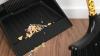 #Life Style: Cum poţi curăţa mătura de resturi greu de eliminat în câteva clipe (VIDEO)