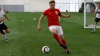 Un interpret celebru a demonstrat că se descurcă bine pe terenul de fotbal la fel ca şi pe scenă (VIDEO)