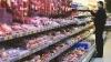 DESCOPERIRE PERICULOASĂ: Cârnăciori din carne de vită cu E.coli şi legume cu nitraţi în depozite