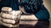 Un bărbat declarat mort după ce a băut prea multă vodcă, s-a trezit la morgă și a plecat iar la băut
