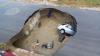 Două maşini, ÎNGHIȚITE de un crater! E GROAZNIC ce s-a întâmplat cu unul dintre şoferi (VIDEO/FOTO)