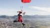 Surpriză căzută din cer! Moș Crăciun a aterizat cu PARAȘUTA în orașul italian Amatrice (VIDEO)