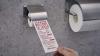 Toaletele de pe un aeroport japonez, echipate cu hârtie pentru dezinfectarea ecranului smartphone-ului