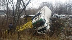 ACCIDENT pe traseul Chişinău - Anenii Noi! Un camion s-a răsturnat (FOTO)