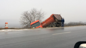 Poleiul provoacă ACCIDENTE! Un camion a derapat pe traseul Chişinău - Orhei (VIDEO)
