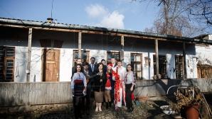 """""""Fii chiar tu Moș Crăciun!"""" Tinerii PDM şi Monica Babuc au colindat şi le-au adus daruri marilor artişti din ţară (FOTO)"""