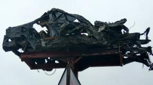 O maşină avariată, urcată PE STÂLP. Cum şi de ce a ajuns la Orhei (FOTOREPORT)