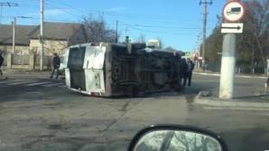 ACCIDENT GRAV la Bălți! Un microbuz s-a răsturnat în apropiere de o benzinărie (VIDEO)