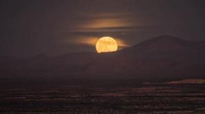 Fenomen astronomic SPECTACULOS: Cum a fost văzută superluna în mai multe colţuri ale lumii (FOTO)