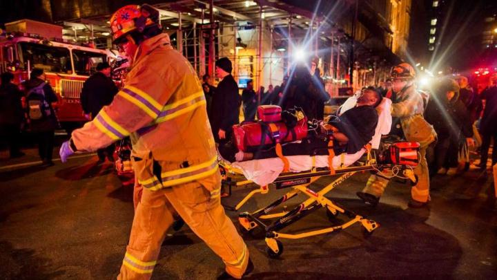 Incendiu PUTERNIC într-un zgârie-nor din Manhattan. Zeci de oameni au fost răniţi