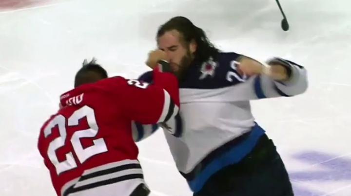 Au zburat crosele și căștile. Bătaie spectaculoasă în meciului Winnipeg Jets - Chicago Blackhawks (VIDEO)
