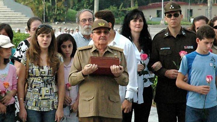 Raul Castro a depus cenușa altor doi frați mai mari în cavoul familiei din estul Cubei