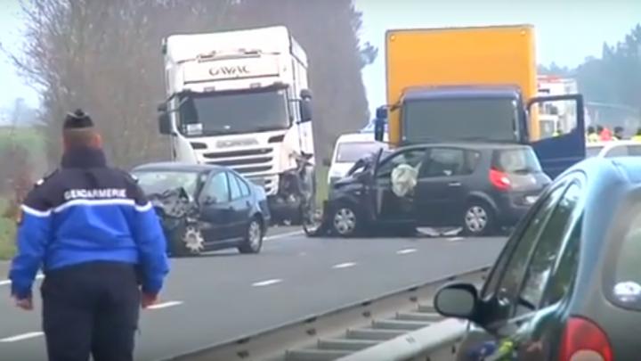 SCENE DE GROAZĂ pe o șosea din Franța: 50 de mașini, implicate într-un accident în lanț (VIDEO)