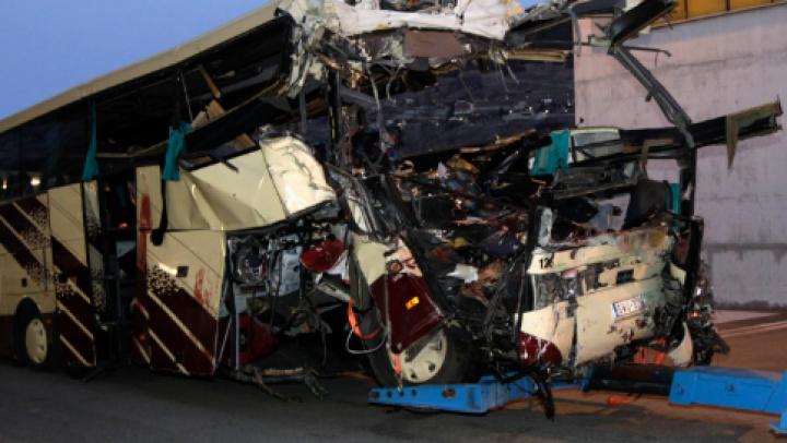 ACCIDENT DE GROAZĂ: 11 profesori navetiști au murit după ce un autobuz s-a ciocnit cu un TIR