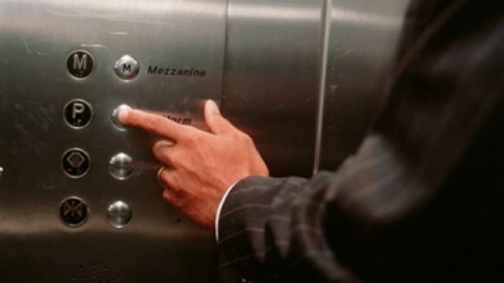 Pericolul major la care te expui de fiecare dată când apeşi butonul liftului