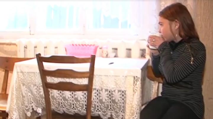 """Campania """"Fii mai bun de Crăciun"""": Povestea tinerei care îşi trăieşte viaţă legată de un aparat medical (VIDEO)"""