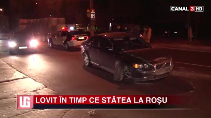 GRAV ACCIDENT în Capitală! Lovit VIOLENT în timp ce stătea la roşu (FOTO)
