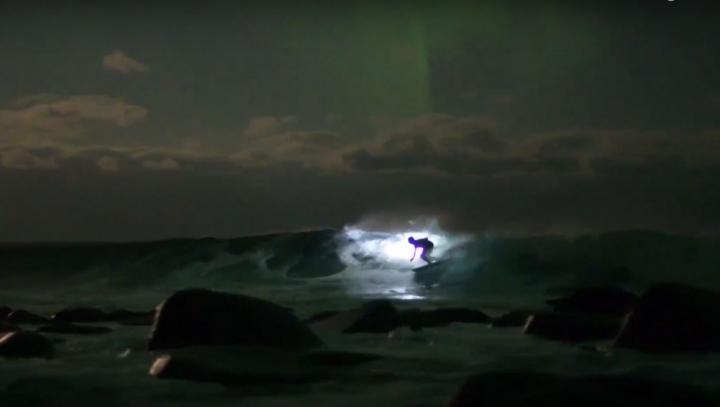 CE SPECTACOL! Triplul campion mondial la surfing, Mick Fanning, a urcat pe valuri sub aurora boreală (VIDEO)