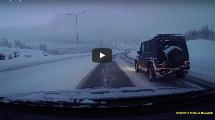 TOŢI SUNT EGALI în faţa legilor fizicii! Ce a păţit un şofer pe loc drept (VIDEO)