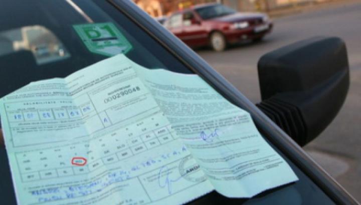 """Doi chişinăuieni, cercetați pentru comercializarea polițelor """"Carte Verde"""" falsificate. Cu cât erau vândute (VIDEO)"""