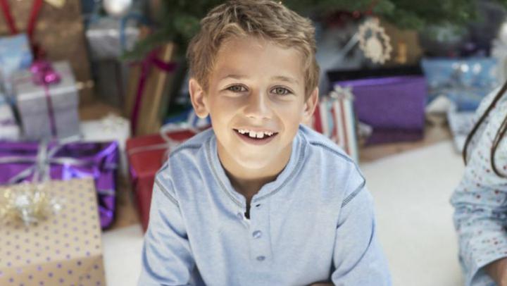 Un băiețel A ÎNDUIOŞAT un magazin întreg cu dorința lui de Crăciun