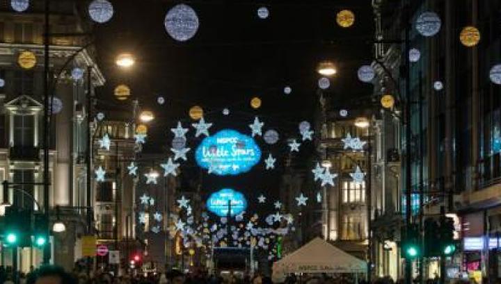 Expoziție-record de Crăciun în Marea Britanie: 1.378 de brazi împodobiți și expuși într-o biserică