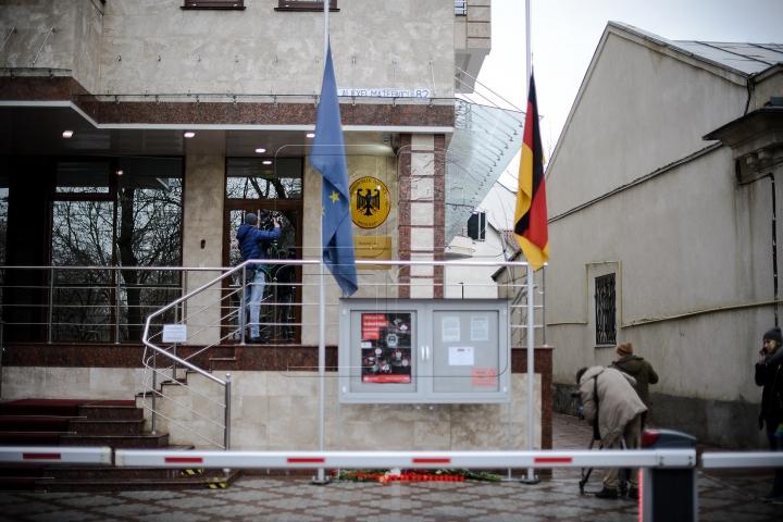 Deputații democrați au depus flori la ambasadele statelor lovite de atentatele de luni