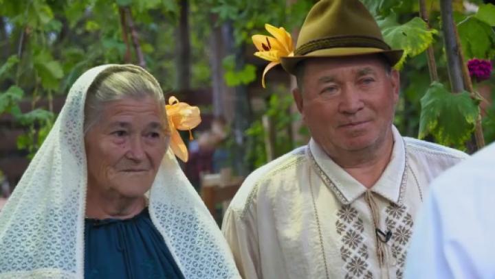 Poveste de dragoste la Ciuciuleni. Şi-au reunit destinele peste 55 de ani şi au jucat o nuntă de invidiat (VIDEO)