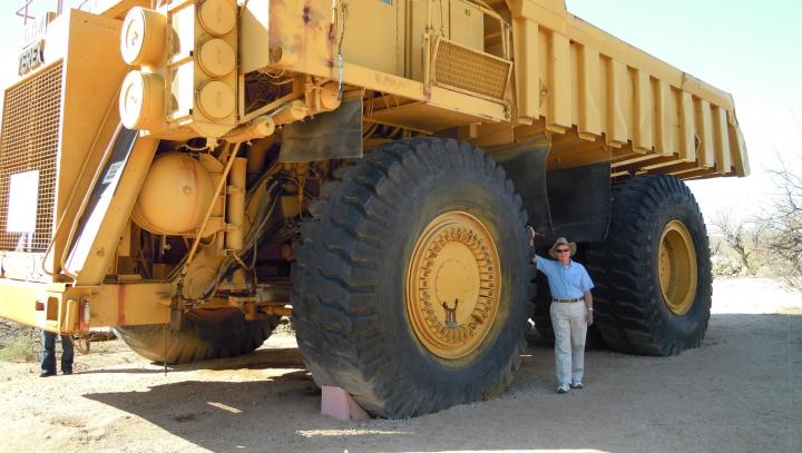 Cum se cârpește anvelopa celui mai mare camion din lume (VIDEO)