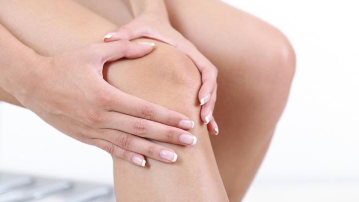 Te dor genunchii în perioada rece a anului? Iată care sunt cauzele