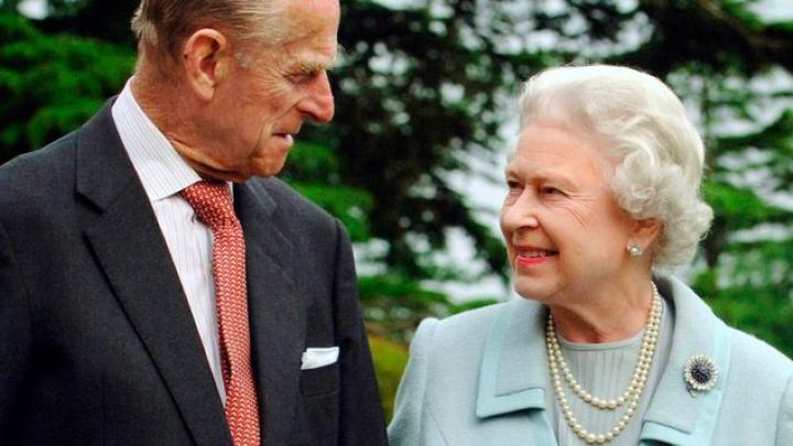 Cuplul regal britanic A PLECAT cu elicopterul spre reședința de la Sandringham