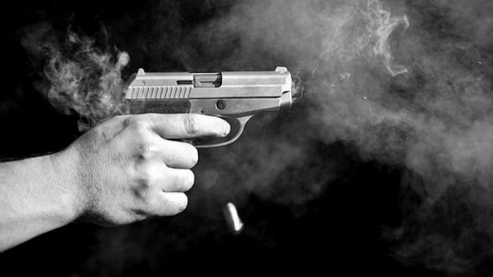 Focuri de armă în Capitală! Patru bărbaţi, arestaţi pentru agresarea unui poliţist (VIDEO)