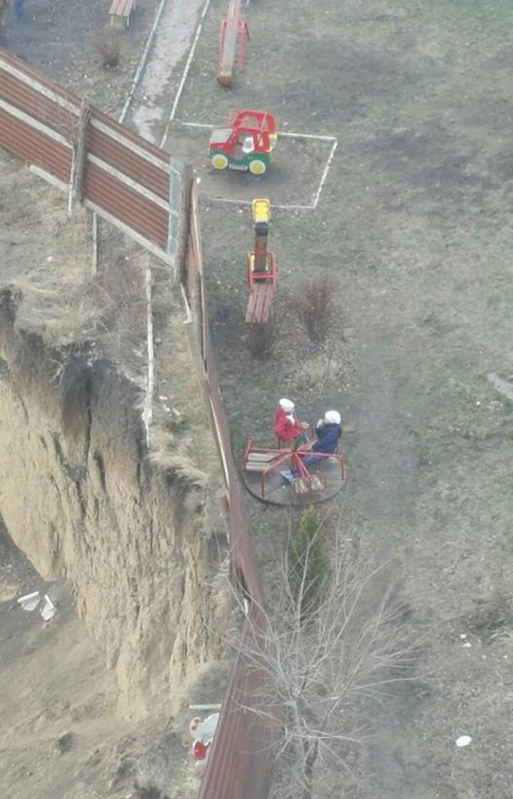 PERICOL pentru copiii din Stăuceni. Lângă un teren de joacă a fost săpată o GROAPĂ IMENSĂ (FOTO)
