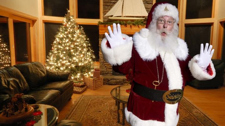 Un tânăr a pus o cameră ca să-l prindă pe Moş Crăciun. A RĂMAS ŞOCAT când a văzut imaginile