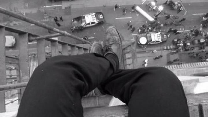 S-a urcat la etajul 30 cu gândul de a-și pune capăt zilelor! Ce s-a întâmplat cu câteva clipe până la săritură (VIDEO)