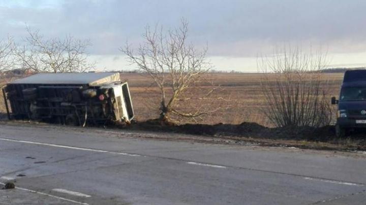 Accident în lanț la Fălești. Un camion s-a răsturnat într-un șanț (FOTO)