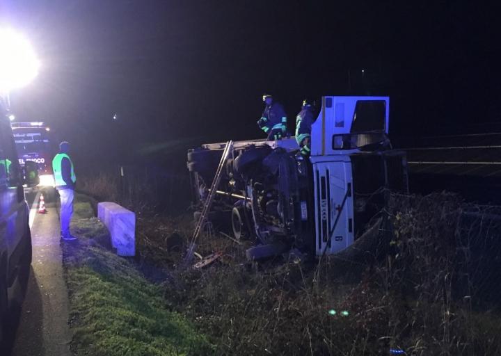 Un camion, răsturnat într-un canal de scurgere! Medicii şi salvatorii, la faţa locului (FOTO)