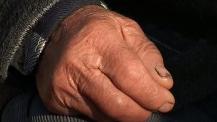 Caz STRIGĂTOR LA CER! Un bătrân din Floreşti, ALUNGAT din spital DEZBRĂCAT şi DESCULȚ, pentru că nu le-ar fi plătit medicilor