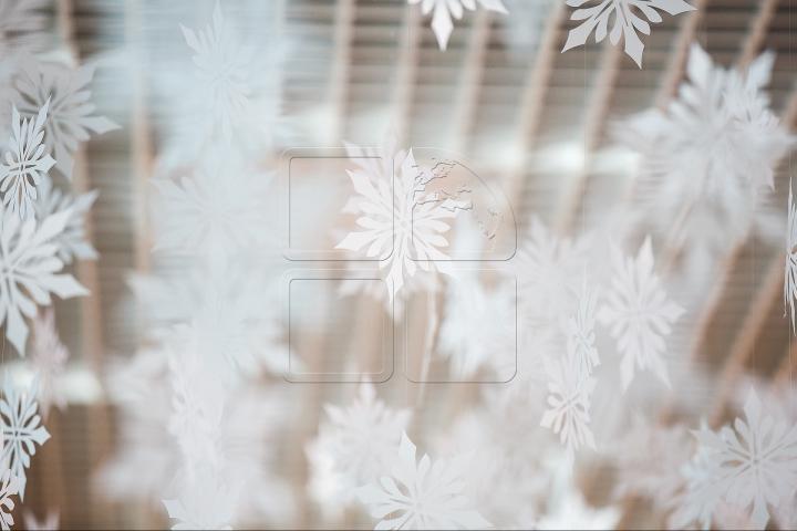 Atmosferă de sărbătoare la Aeroportul Chişinău. SURPRIZELE lui Moş Crăciun pentru călători (FOTOREPORT)
