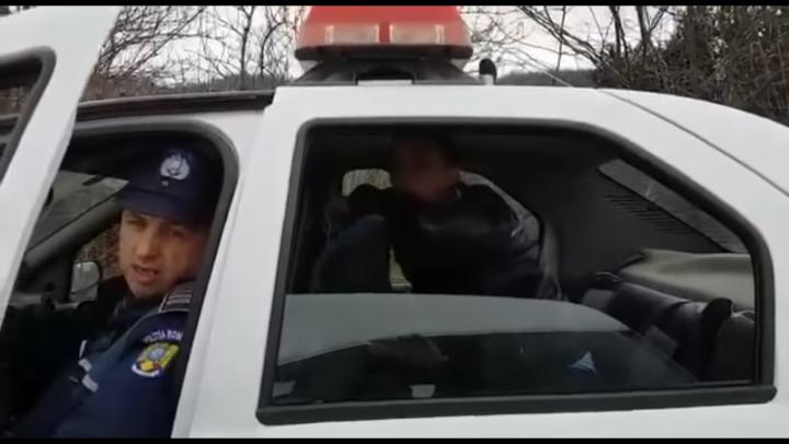 NO COMMENT: Agenţi acuzaţi că lovesc un tânăr, urmăriţi şi umiliţi de doi martori. REACŢIA poliţiştilor