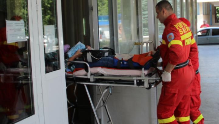 Un bărbat din Drochia, aflat în comă, transportat de SMURD la un spital din Bălţi (VIDEO)
