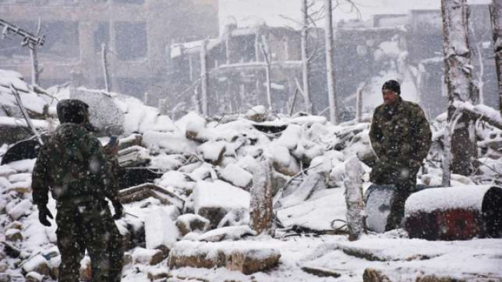 O furtună de zăpadă îngreunează operațiunile de evacuare din Alep