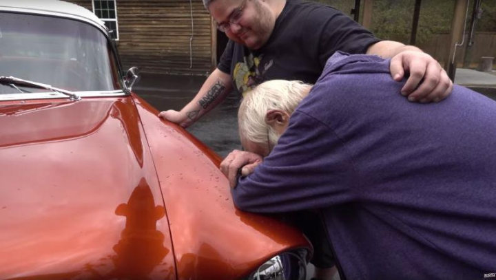 ÎŢI DAU LACRIMILE. Fiul îi dăruieşte tatălui maşina mult visată (VIDEO EMOŢIONANT)
