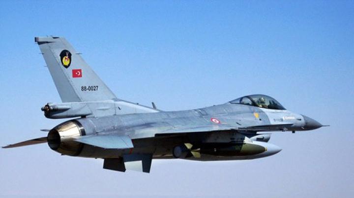 Un avion militar, PRĂBUȘIT în sud-estul Turciei. La fața locului au sosit mai multe ambulanțe