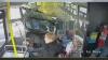 TERIFIANT! Momentul în care un pick-up intră cu viteză într-un autobuz cu pasageri(VIDEO)