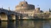 Au respectat tradiţia: Patru italieni curajoși au plonjat în râul Tibru de pe un pod înalt de 17 metri